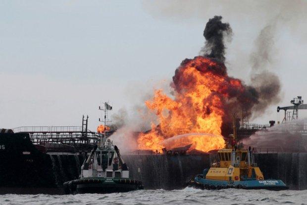 На судне с ядохимикатами прогремел взрыв: много пострадавших, регион объявили опасным
