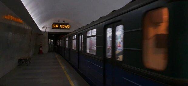Харків'ян у метро атакують мерзенні кровососи, на ногах немає живого місця - джинси не врятують