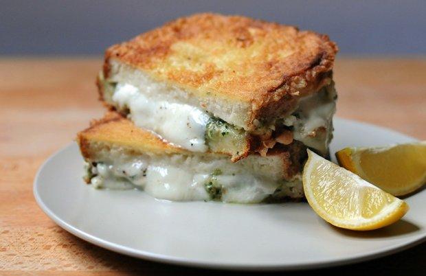 Сэндвич с яйцом и моцареллой: быстрый и очень вкусный рецепт