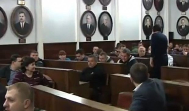 Пикет активистов в Черновцах: депутаты собрались на экстренное заседание