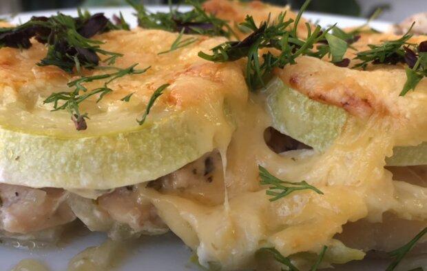 Аппетитная курочка под сыром и кабачками заманит за стол всю семью - вкусный и простой рецепт