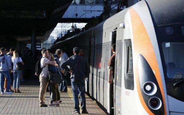 Через всю страну: Укрзализныця назначила дополнительный поезд