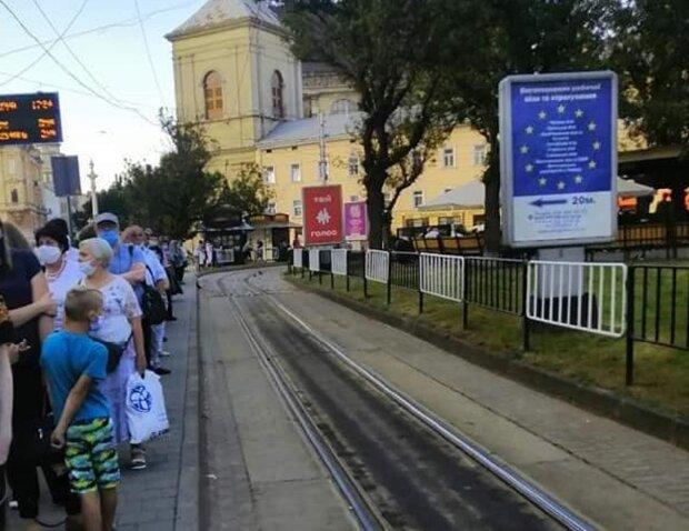 """Львів'яни чахнуть у чергах на трамваї, нерви на межі: """"Стоїмо годинами!"""""""