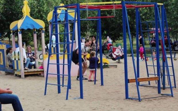 Який жах! Камера зафільмувала викрадення немовляти в Києві