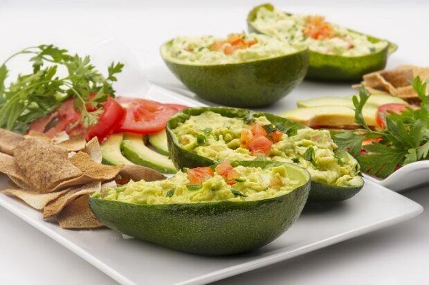 Биті огірки, редиска й авокадо  — три прості салати, які порятують у спеку
