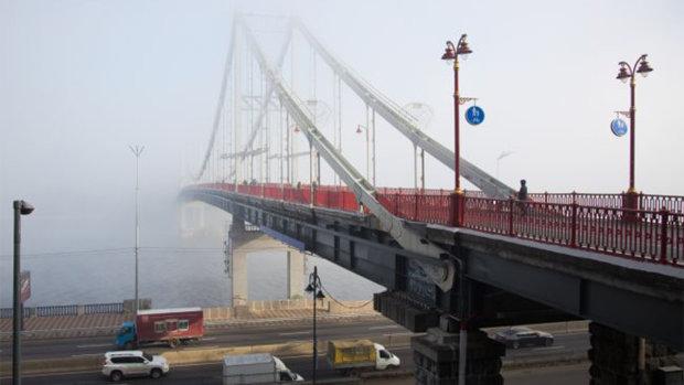 Пішохідний міст розвалюється, рахунок може обірватися будь-якої миті: киян попередили про серйозну небезпеку