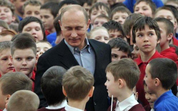 Опять за старое? Путина засекли в компании мальчика