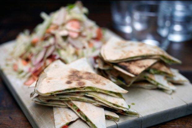 Мексиканская кухня: кесадилья с курицей и чеддером