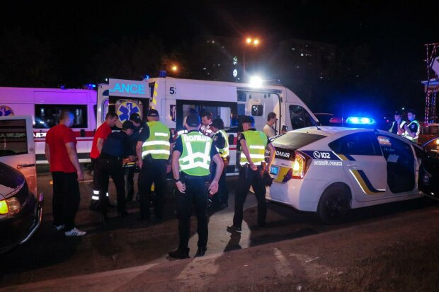 В Киеве толпа до полусмерти избила полицейского: окровавленный коп открыл огонь