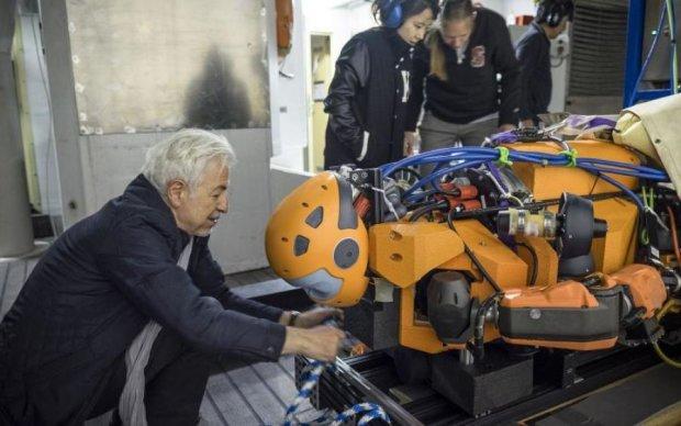 Японцы показали робота-гуманоида, который творит чудеса: видео