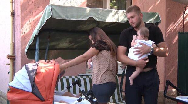 Четверым близняшкам, рождения которых ждала вся Украина, исполнилось пол года - измученные и счастливые родители показали крошек