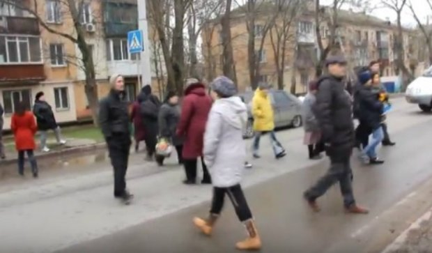 Жители Керчи перекрыли дорогу из-за отсутствия света (видео)