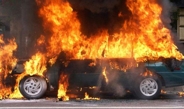 На трасі під Києвом потужний вибух розірвав авто: моторошне відео