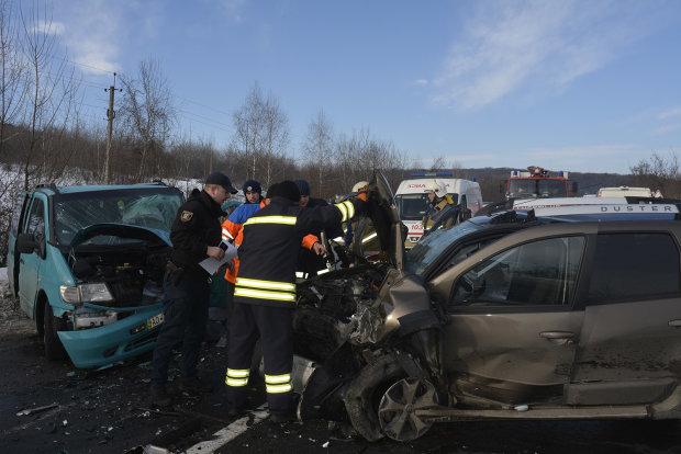 В Киеве произошло серьезное ДТП с ребенком, столкнулись две иномарки: одна влетела в дерево, другая - в столб