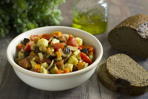 Готовимся к лету: диетический рецепт овощного рагу с баклажанами