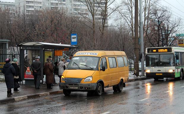 Українець наодинці влаштував олімпійські ігри, доки чекав на маршрутку: сміялося півміста