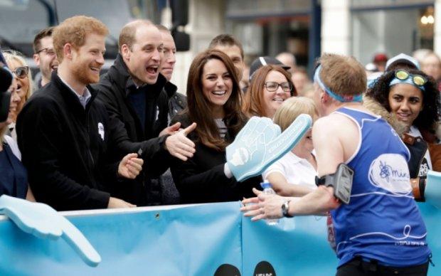 Принц Уильям получил в лицо от участника марафона: видео