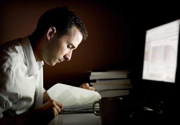 Посменная работа, ночные перекусы и недосып: ученые рассказали о жутких последствиях
