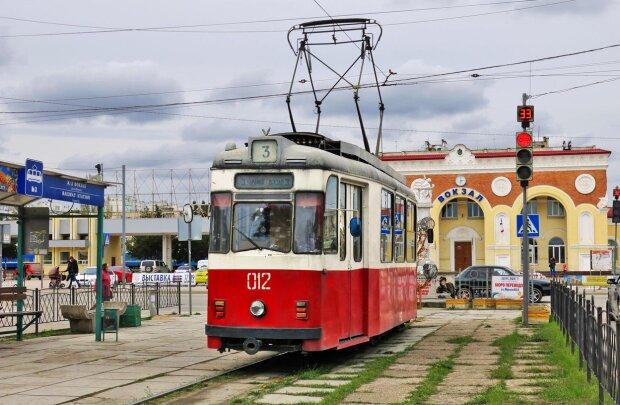 У Дніпрі некерований трамвай зійшов з рейок, люди кричали: подробиці за крок від катастрофи