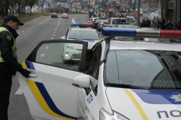 """""""Я только спросить"""": под Киевом девушку похитили из такси и вывезли в поле для """"разговора"""""""