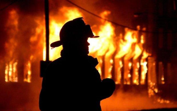 Горять усі 5 поверхів: у Києві спалахнув відомий завод