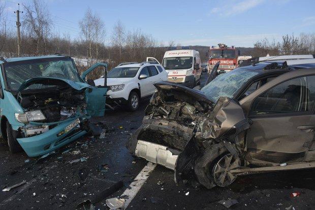 Під Києвом водії влаштували кривавий таран: 7 автівок ущент, є жертви