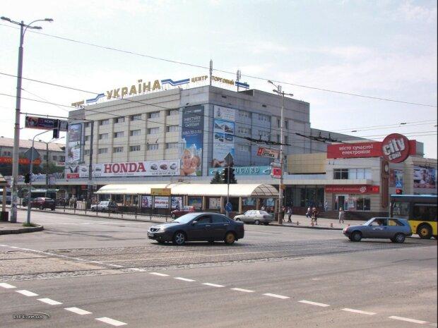 В Запорожье заминировали популярный ТЦ, людей срочно эвакуируют: все решил телефонный звонок