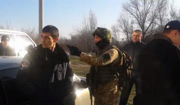 Запорожский депутат отстреливался  от люстраторов (видео)