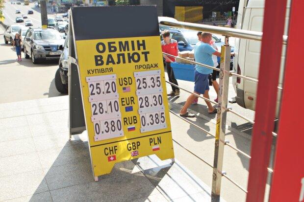 Курс валют на 15 августа: гривна осталась в аутсайдерах