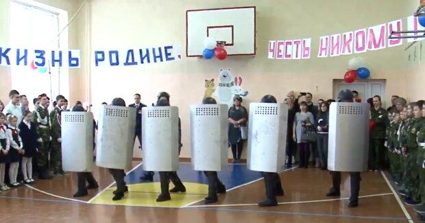 Спецназ вместо Деда Мороза: российских школьников учат неслыханным вещам, видео