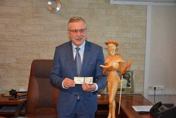 Гриценко відкрив свій виборчий штаб: показав Дон Кіхота і переможний номер