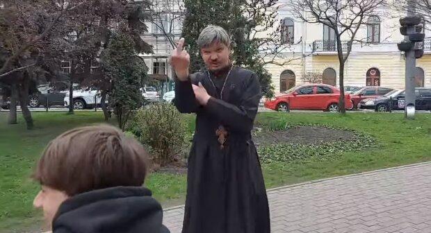 Пьяный священник, скриншот: Facebook