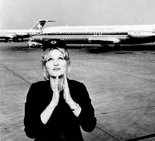 Невероятная история стюардессы, упавшей с высоты 10 км: она получила многочисленные переломы, впала в кому, а проснулась уже знаменитостью