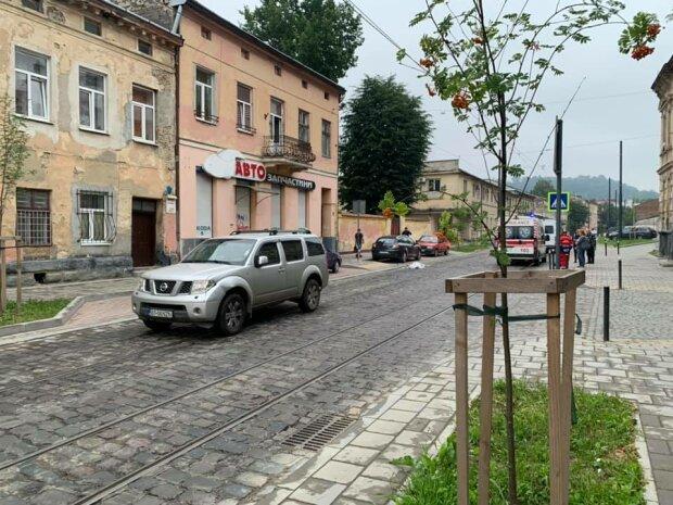 У Львові мажор на Mercedes зніс жінку на зебрі - відлетіла на узбіччя, медики примчали за холодним тілом