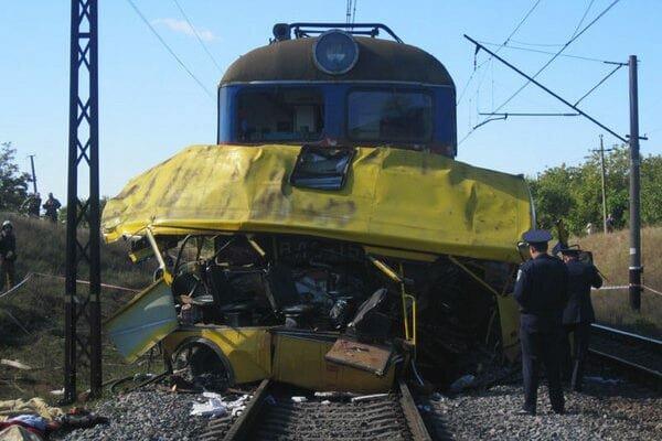 Під Дніпром потяг розчавив автобус з людьми - десятки загиблих, чорний день для України