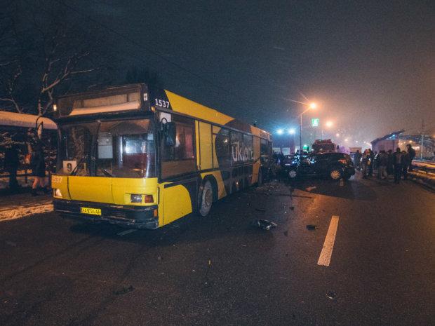Смертельное ДТП на трассе Киев-Харьков: автобус расплющил легковушку в лепешку, кадры не для слабонервных
