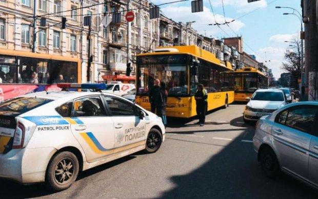 Пикою в асфальт: у Києві неадекватний маршрутник влаштував ціле шоу