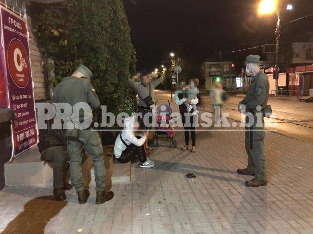 В Бердянске подросток разгуливал по городу с пистолетом - вместо мороженого