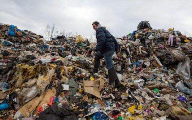 Смердюче нововведення від чиновників: українці потонуть у горах сміття