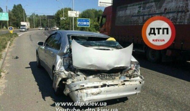Грузовик разнес легковушку в Киеве: пострадали люди (ФОТО)