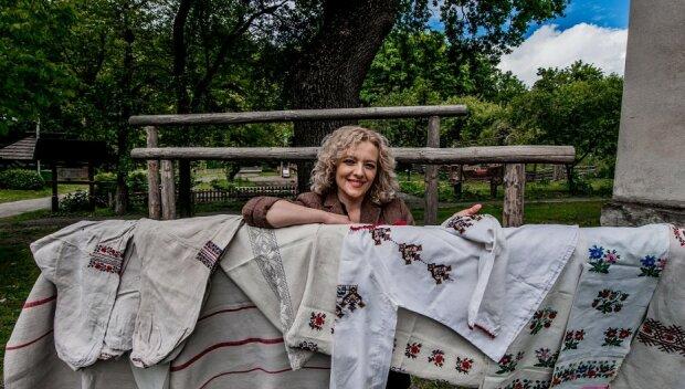 Львовянка отдала в музей древние вышиванки прабабушки - платок в цветах и сорочка на брачную ночь