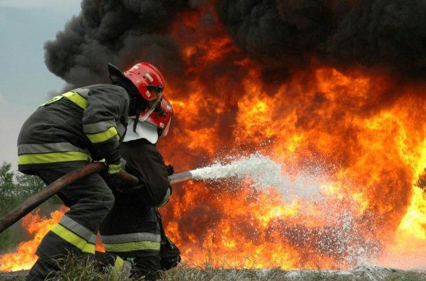 У центрі Києва невідомий у балаклаві підпалив автомобілі на очах у перехожих