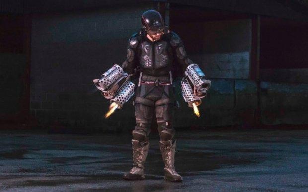 Изобретатель создал супергеройский летающий костюм
