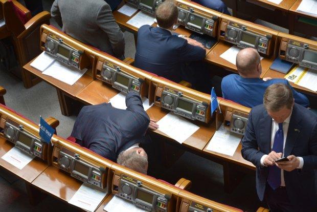 Взрывоопасная Рада: во время минирования парламента Поплавский что-то искал у себя под столом