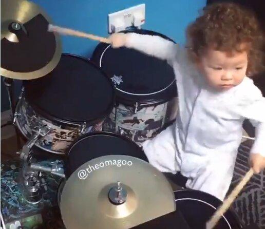 Маленький Тео играет на барабанах, скриншот из видео