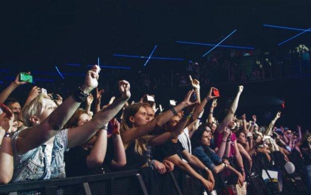 Сотні постраждалих: на концерті платформа з глядачами пішла під воду