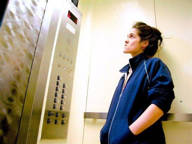 Нападал в лифте: винничанок терроризирует псих с ножом