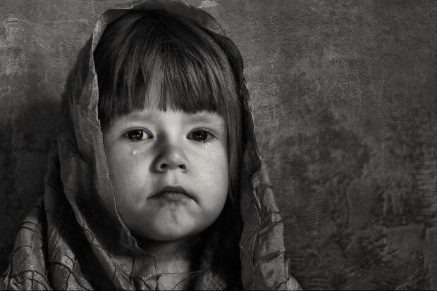 3-річна дівчинка померла від голоду, поки мама обирала нового тата
