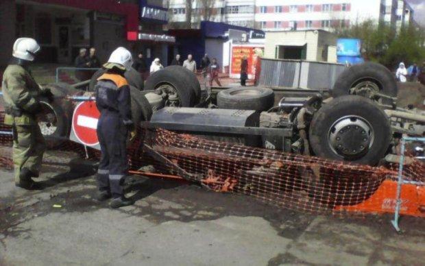 Неадекватный водитель Камаза устроил на дороге адское месиво: видео