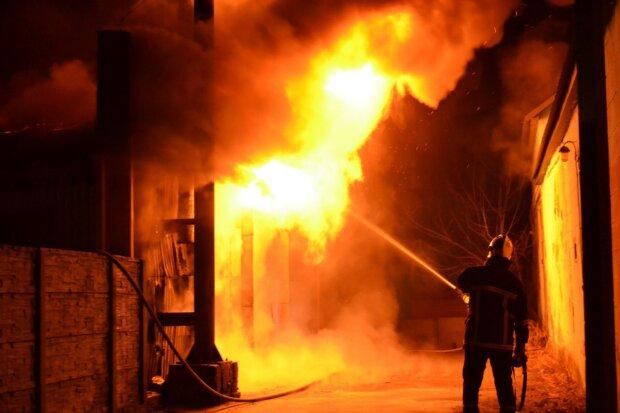"""В Одессе вспыхнул монастырь, """"Токио Стар"""" перед глазами: жуткий пожар попал на камеру"""
